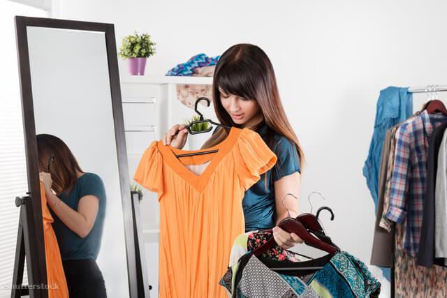 nagymellű nő nehezen öltözkdik